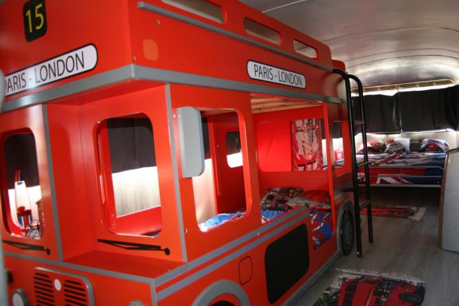 dormir dans un bus rouge anglais dans le var. Black Bedroom Furniture Sets. Home Design Ideas